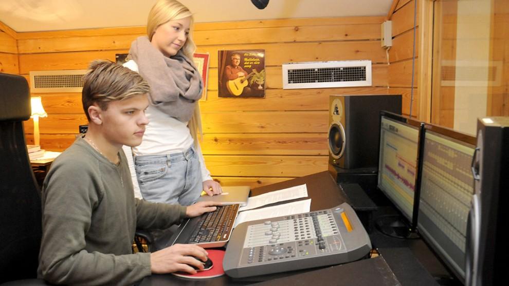 Livar Apeland og Amalie Time Bø ved mixepulten. Foto: Brit Rønningen
