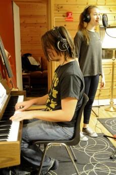 Musikkstudente Marius Hjortland og Beate Dagfinrud øver gjennom julesangen de har laget. Foto: Brit Rønningen