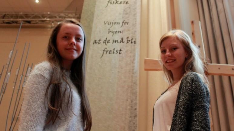 Stine Helen Grindheim og Ingvild Berg inviterer til en annerledes basar i Betlehem på lørdag. Foto: Privat