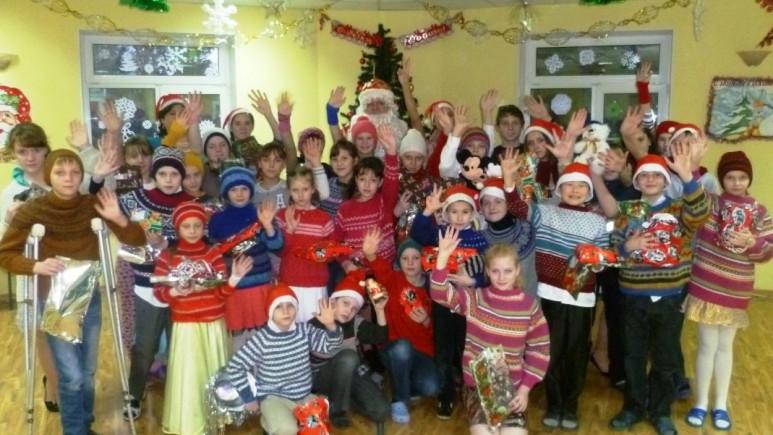 Fra barnehjemmet Agape. Barna har fått julegaver fra Norge. Foto: www.helprussia.no