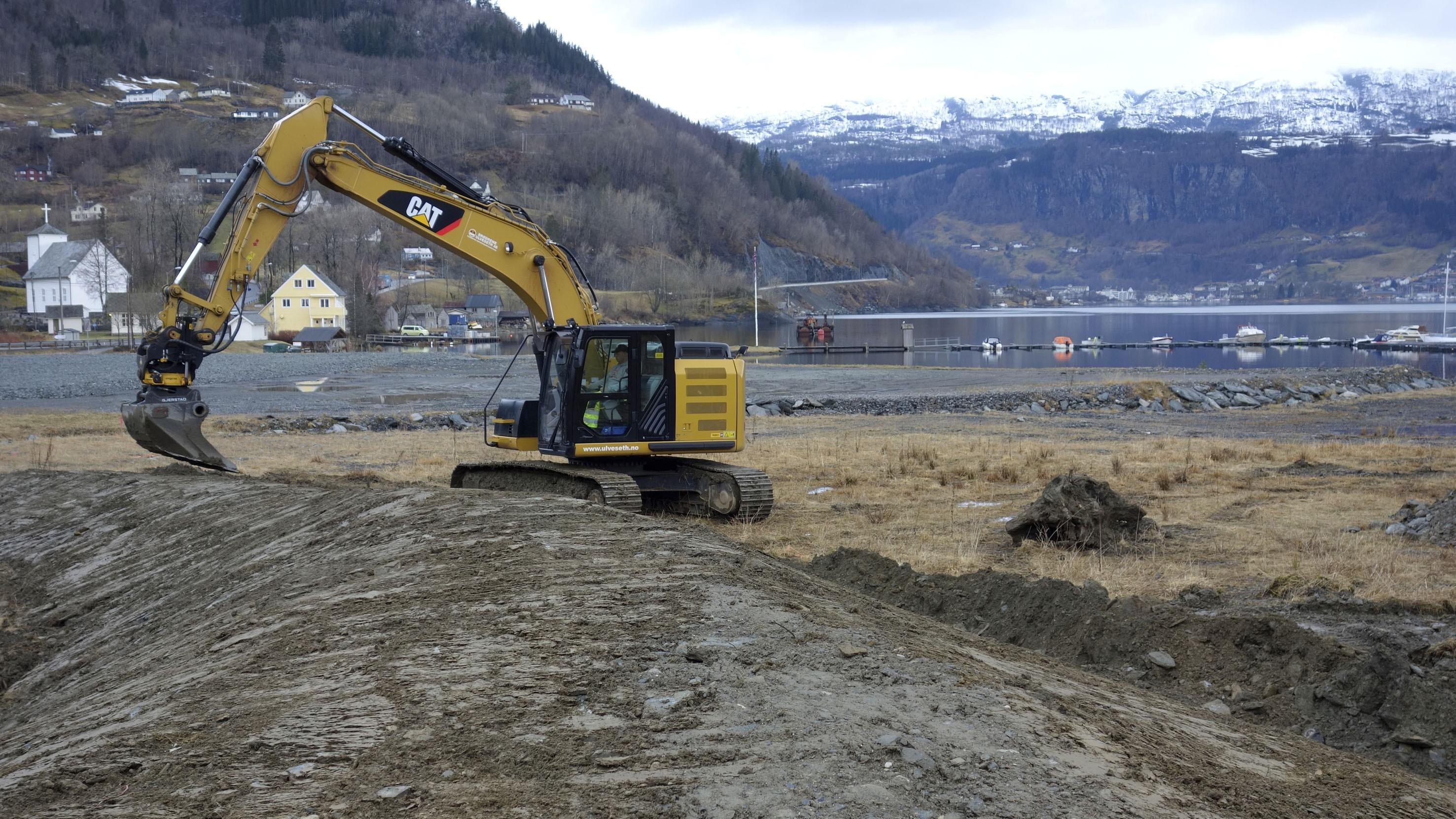 Kvam kraftverk AS har montert ny trafostasjon på anleggsområdet (frontbilde). Entreprenøren er allereie i sving med den siste finpussen av byggetomta (bildet ovanfor). Snart blir det pæling. Begge foto: Lars A. Oma (Framnes KVGS)