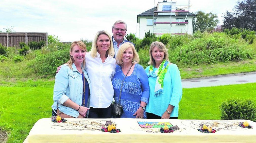 Avspark for Awana i Norge ble feiret med en to meter lang kake. Fra venstre: Donna Hershock, Anne Lene Otterøen, Runar Landro, Valerie Bell og Cindy Craig. FOTO: ROAR OTTERØEN